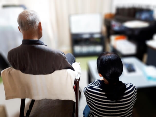 テレビを見るお年寄り